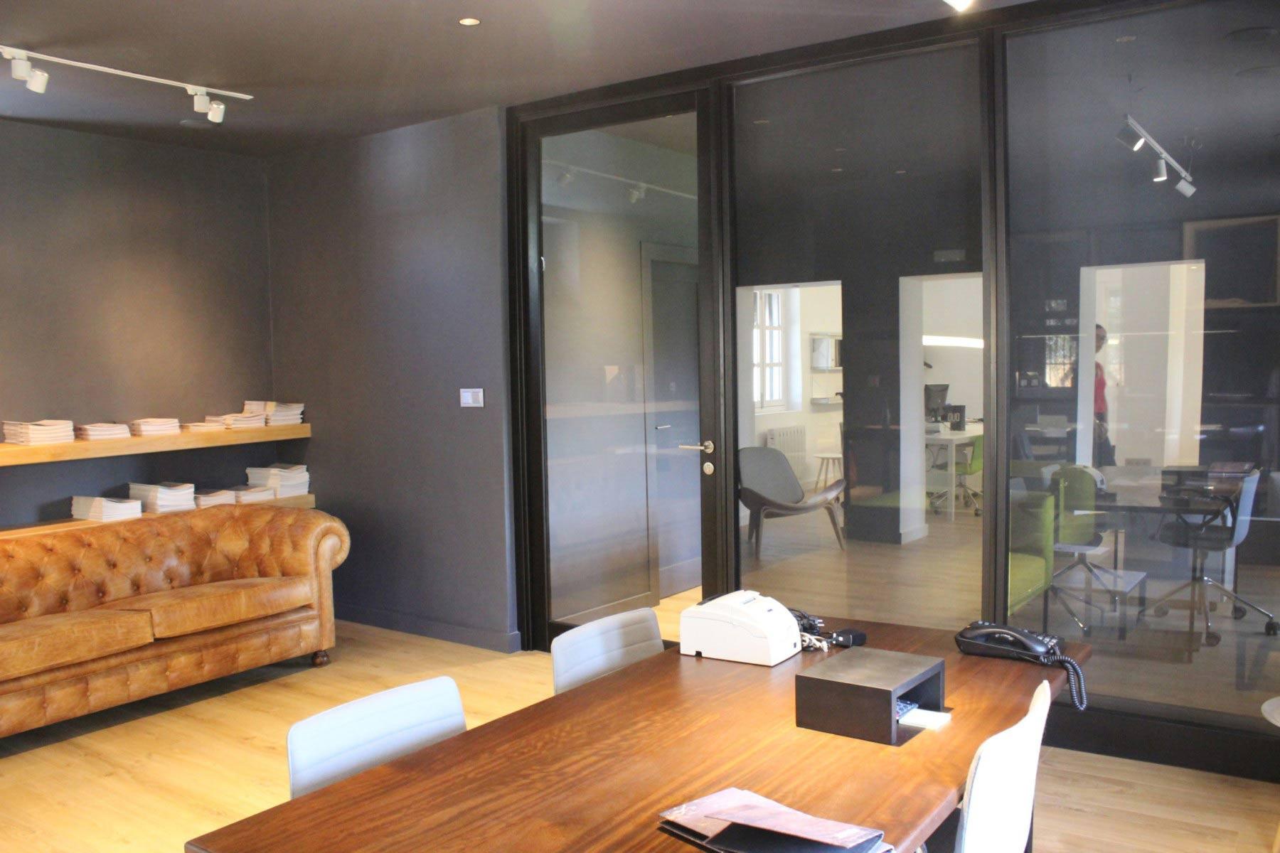 Oficina moderna con puertas correderas