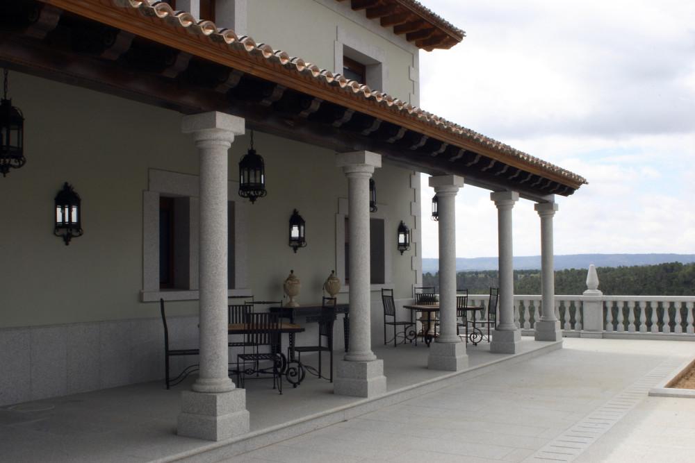 Porche de madera con columnas