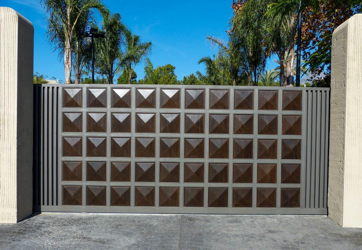 Portón de madera cuarterones diamante