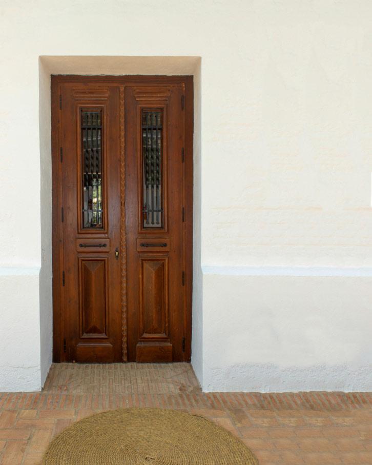 Puerta con cristaleras alargadas y cuarterones