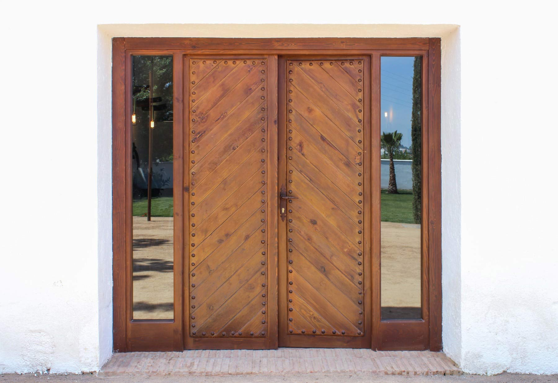 Portón de madera rústica en forma de espiga
