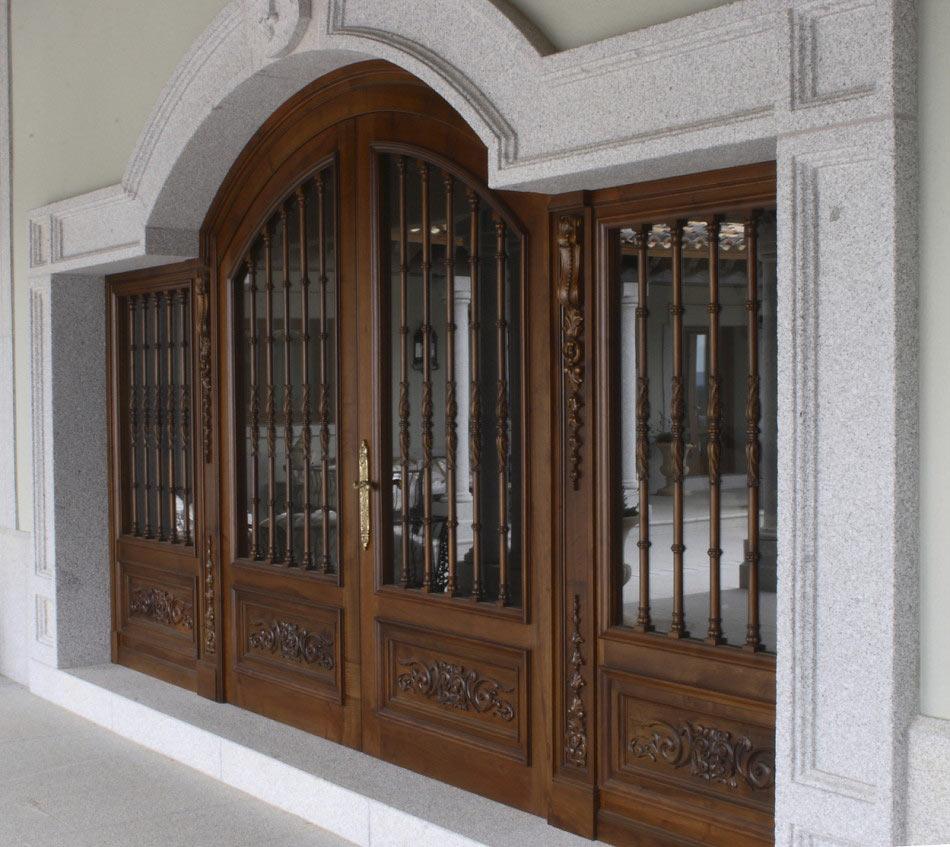 Puerta grande con cristaleras con arco de medio punto