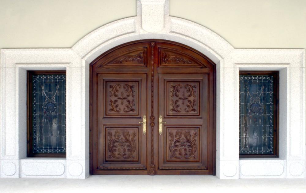Puerta principal de estilo clásico con cristaleras