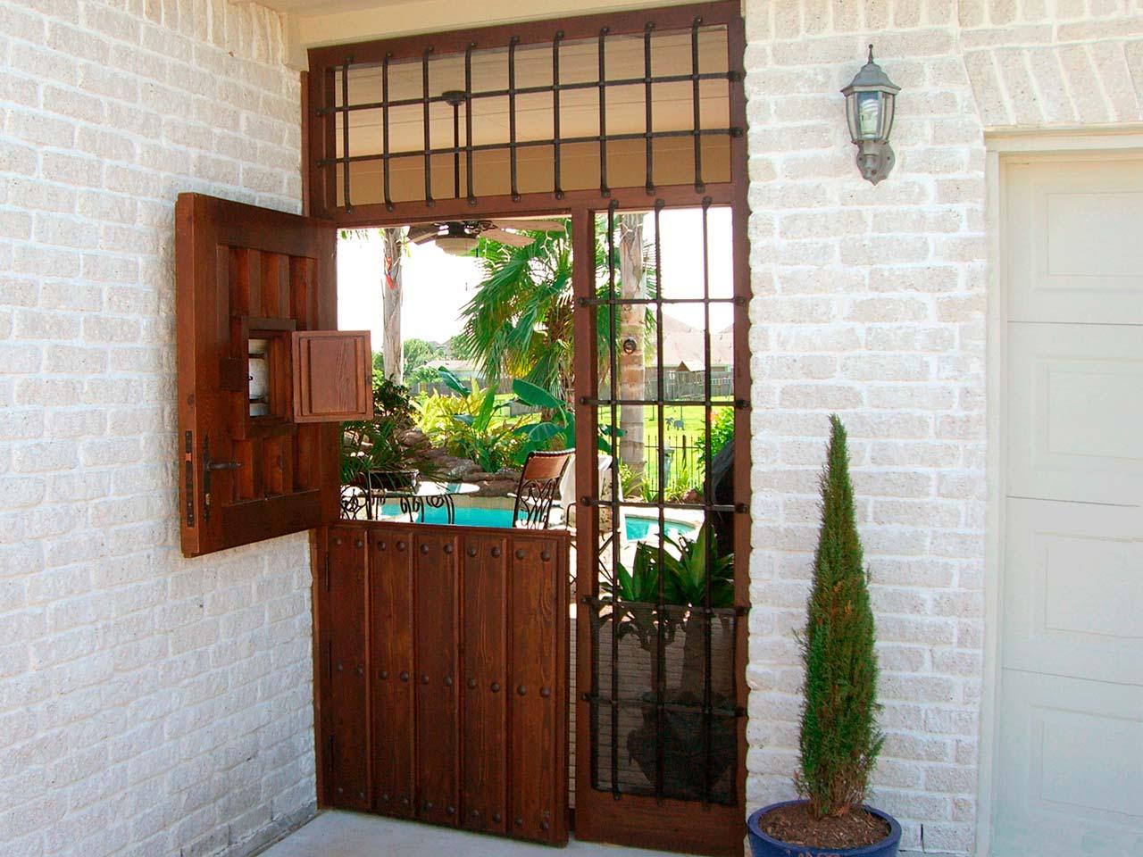 Puerta madera con reja