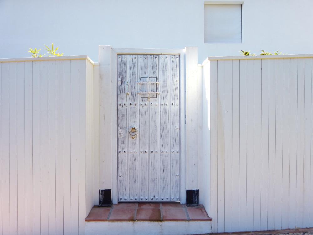 Puerta madera rústica blanca