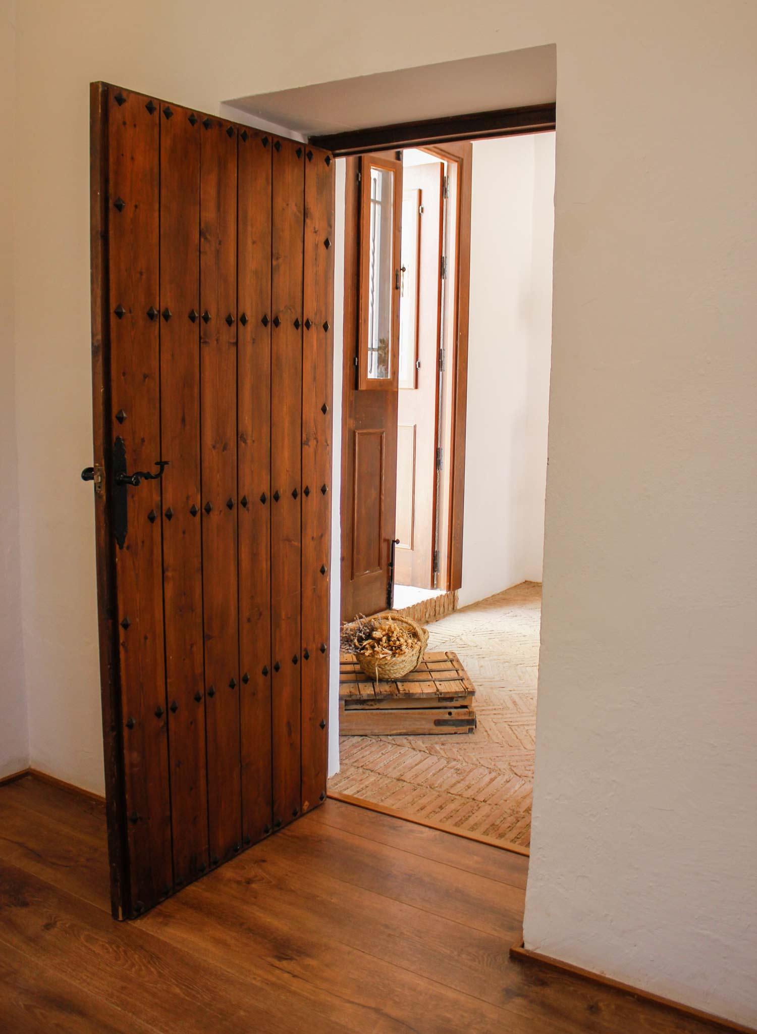 Puerta de madera con clavos