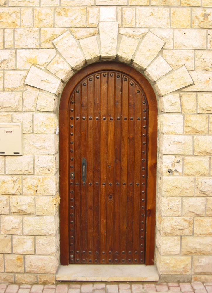 Puerta de madera con duelas
