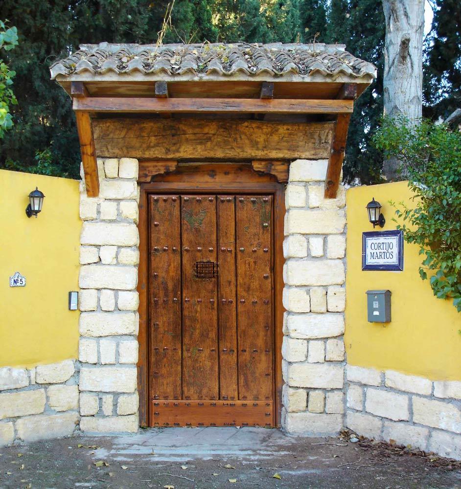 Puerta antigua clavos