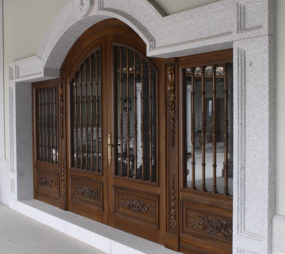 Puerta madera señorial