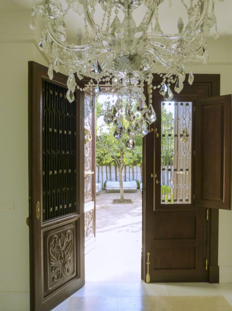 Puerta casa señorial de madera tallada