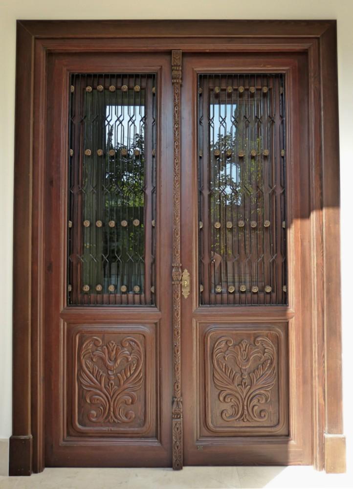 Puerta tallada con tragaluces exterior