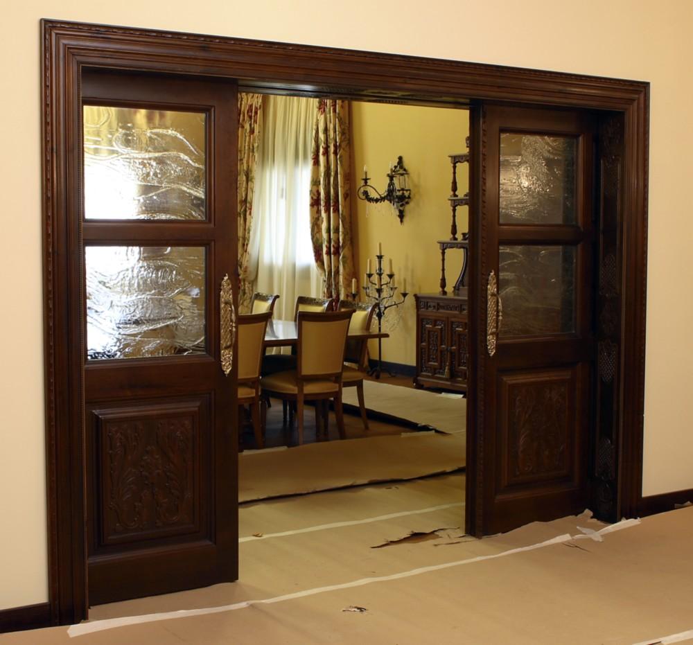 Puerta corredera con cristalera y tallado
