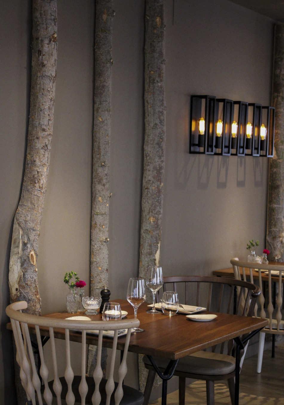 Mesa cuadrada restaurante estilo vintage