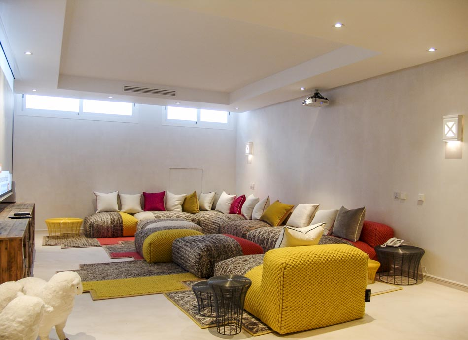 Sala cine con sofás