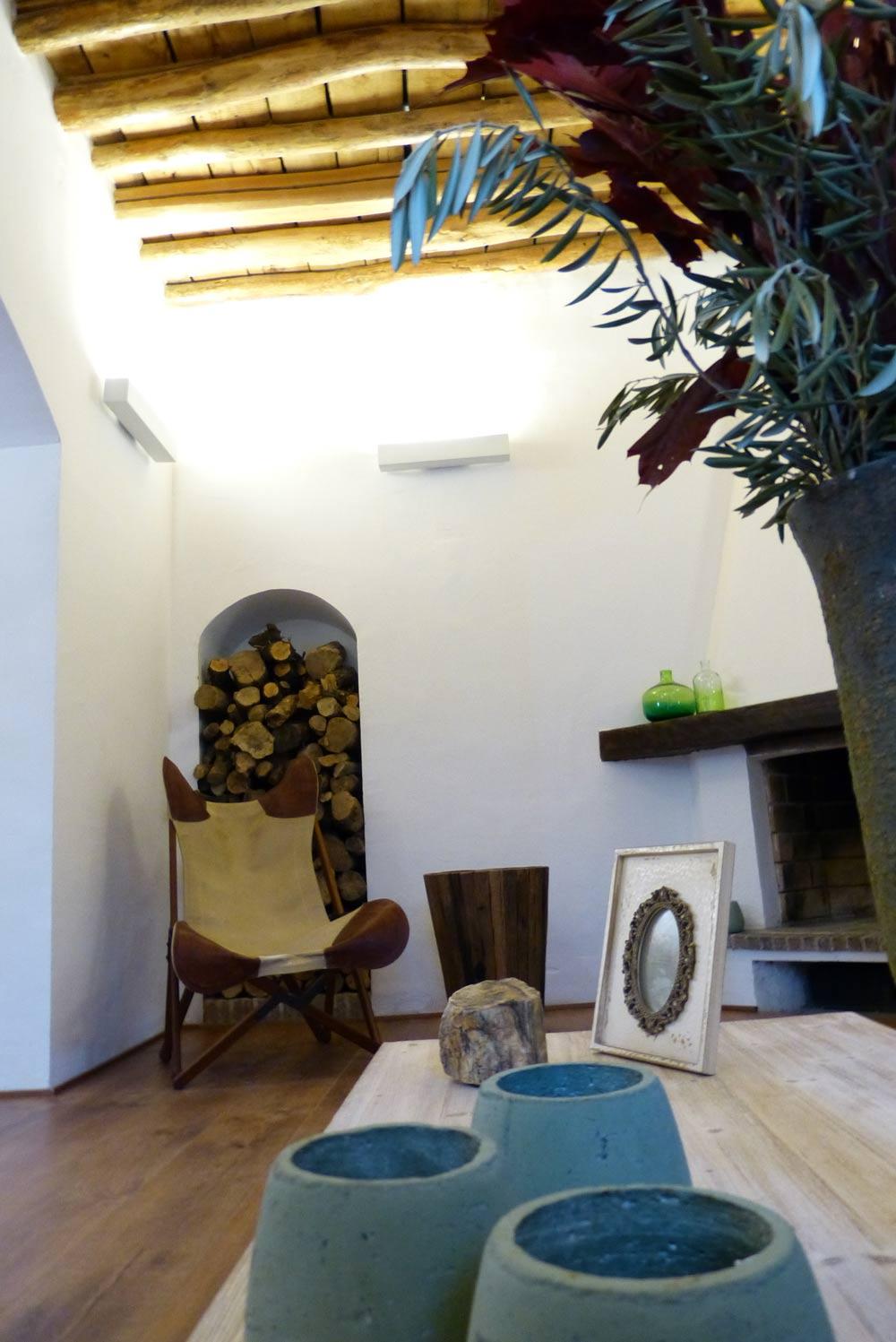 Salón con decoración rústica