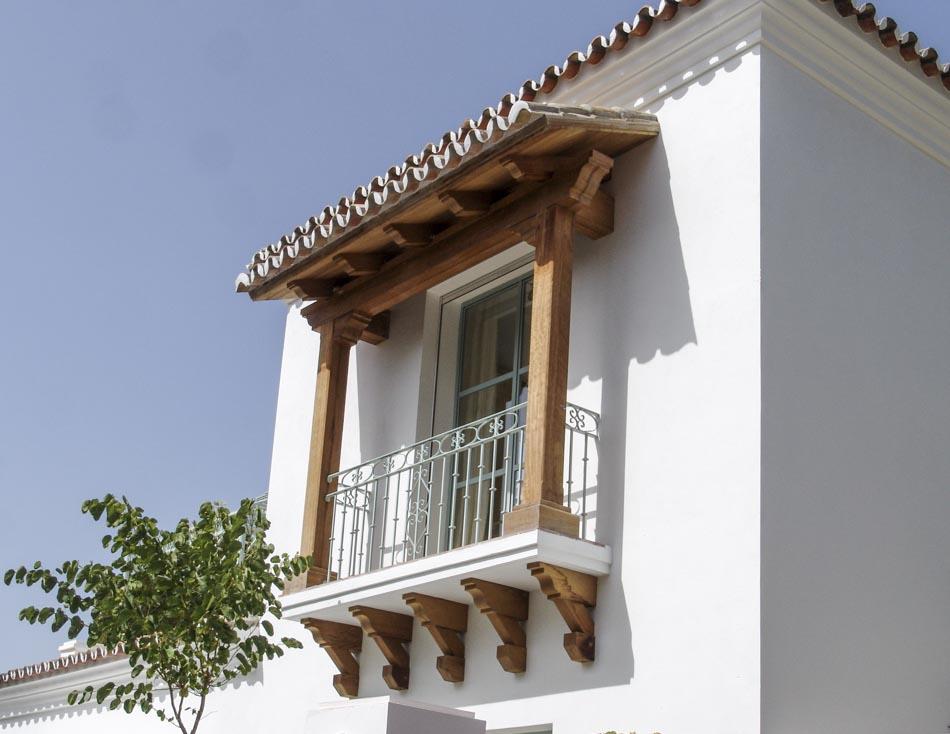 Balcón con estructura de madera