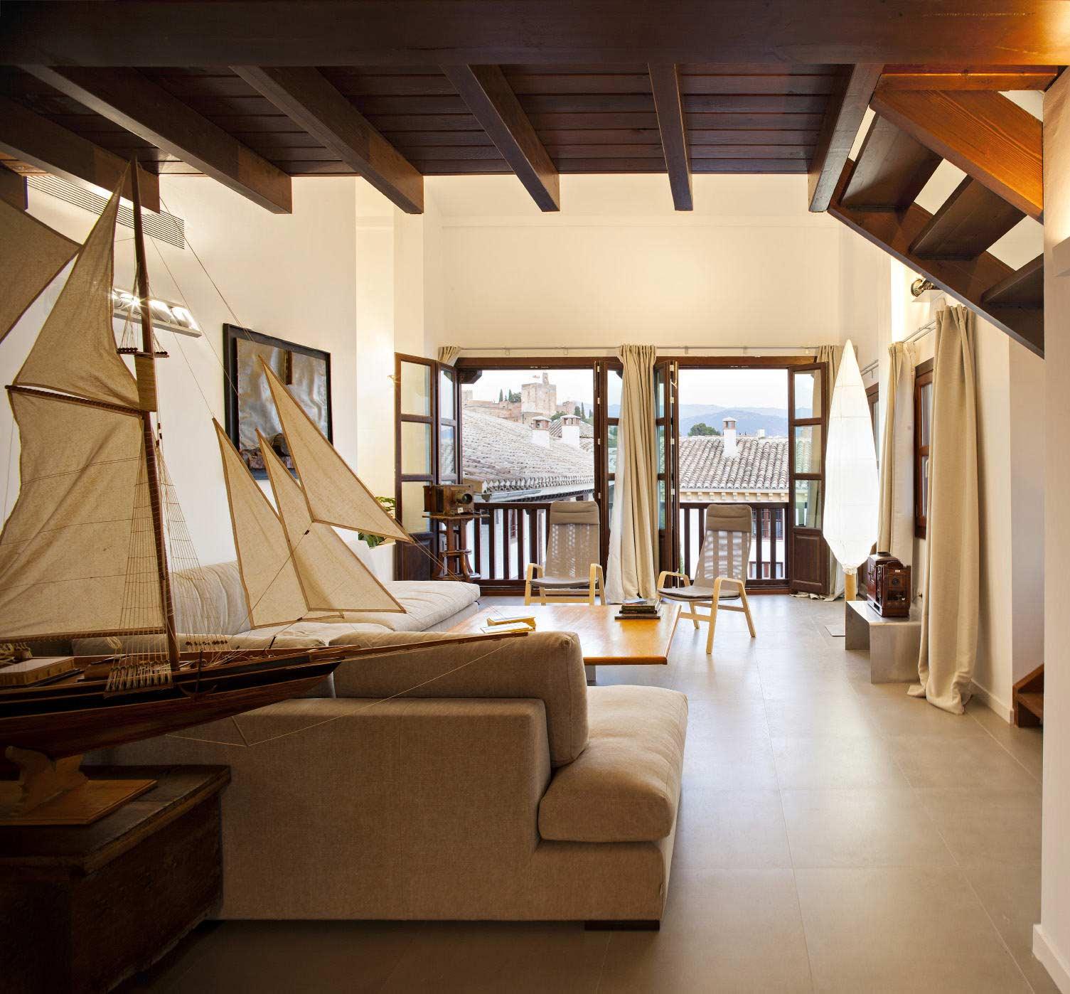 Apartamento con techo madera y balcones