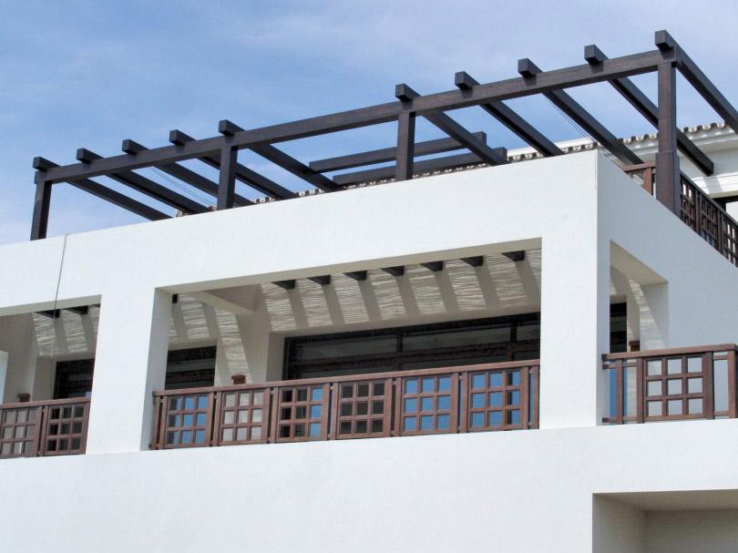 Terrazas con barandas y estructuras de madera
