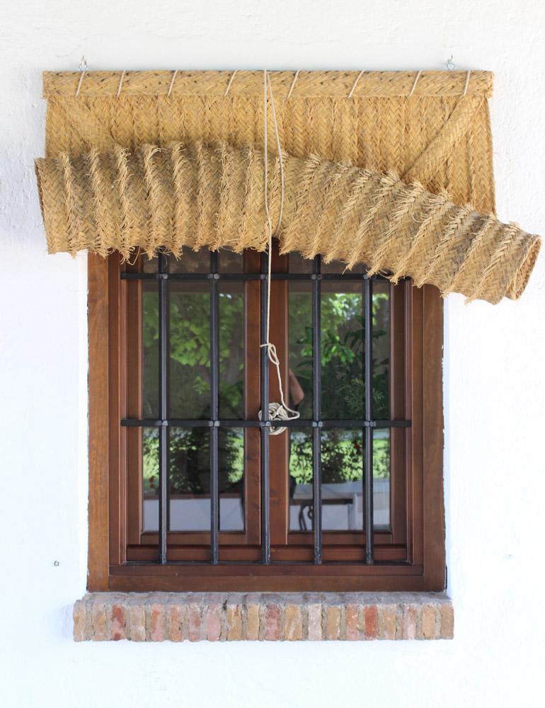 Ventana madera con persiana de esparto