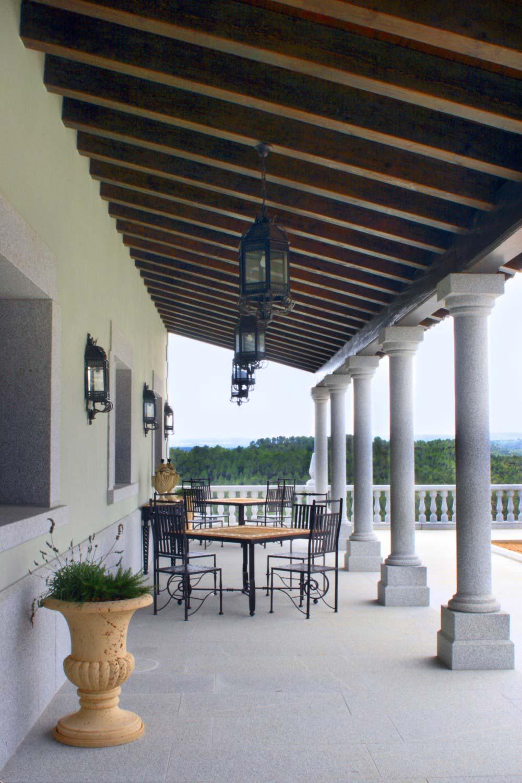 Porche exterior con columnas de piedra