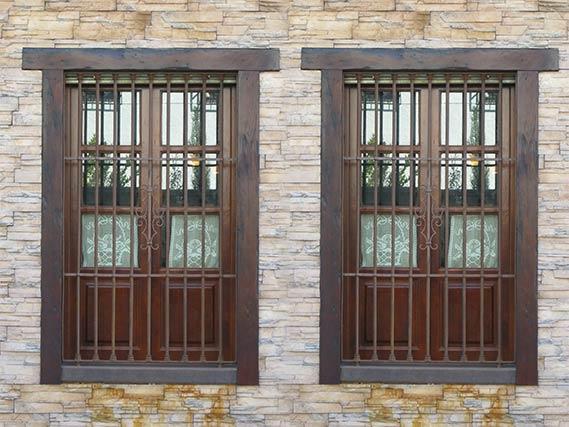 Balcones de madera con rejas