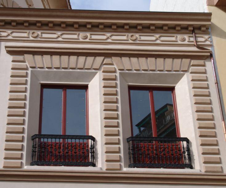 Balcones rojos con rejas de forja