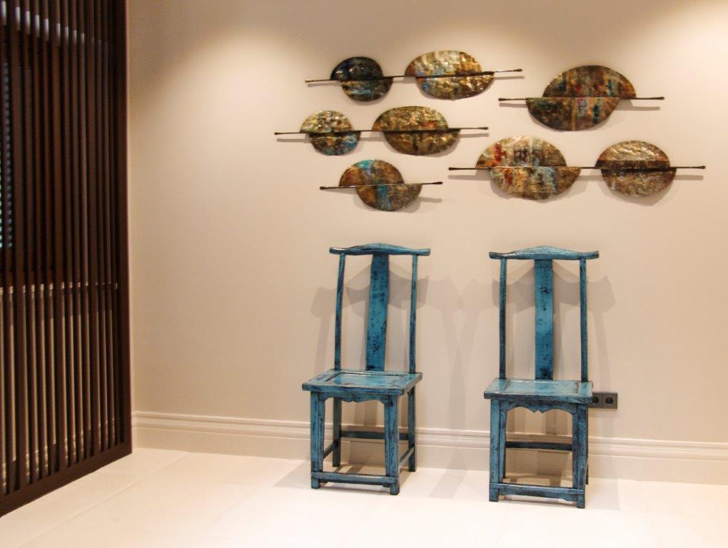 Conjunto de sillas y decoración ecléctica