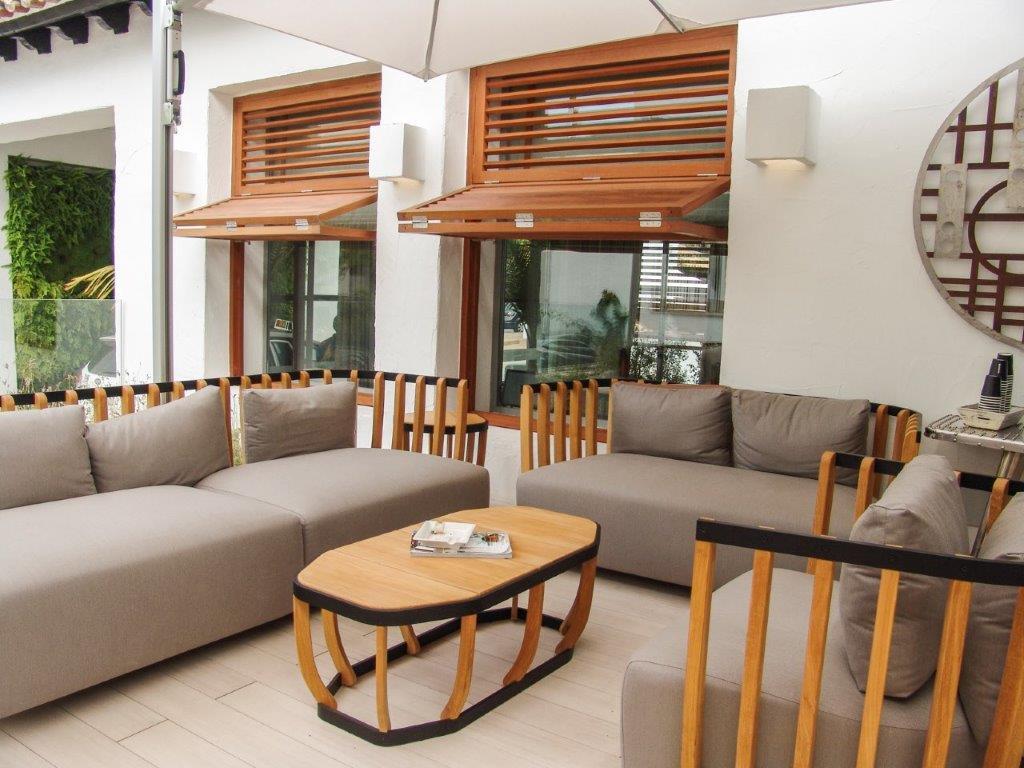 Conjunto de sillones y mesa exterior