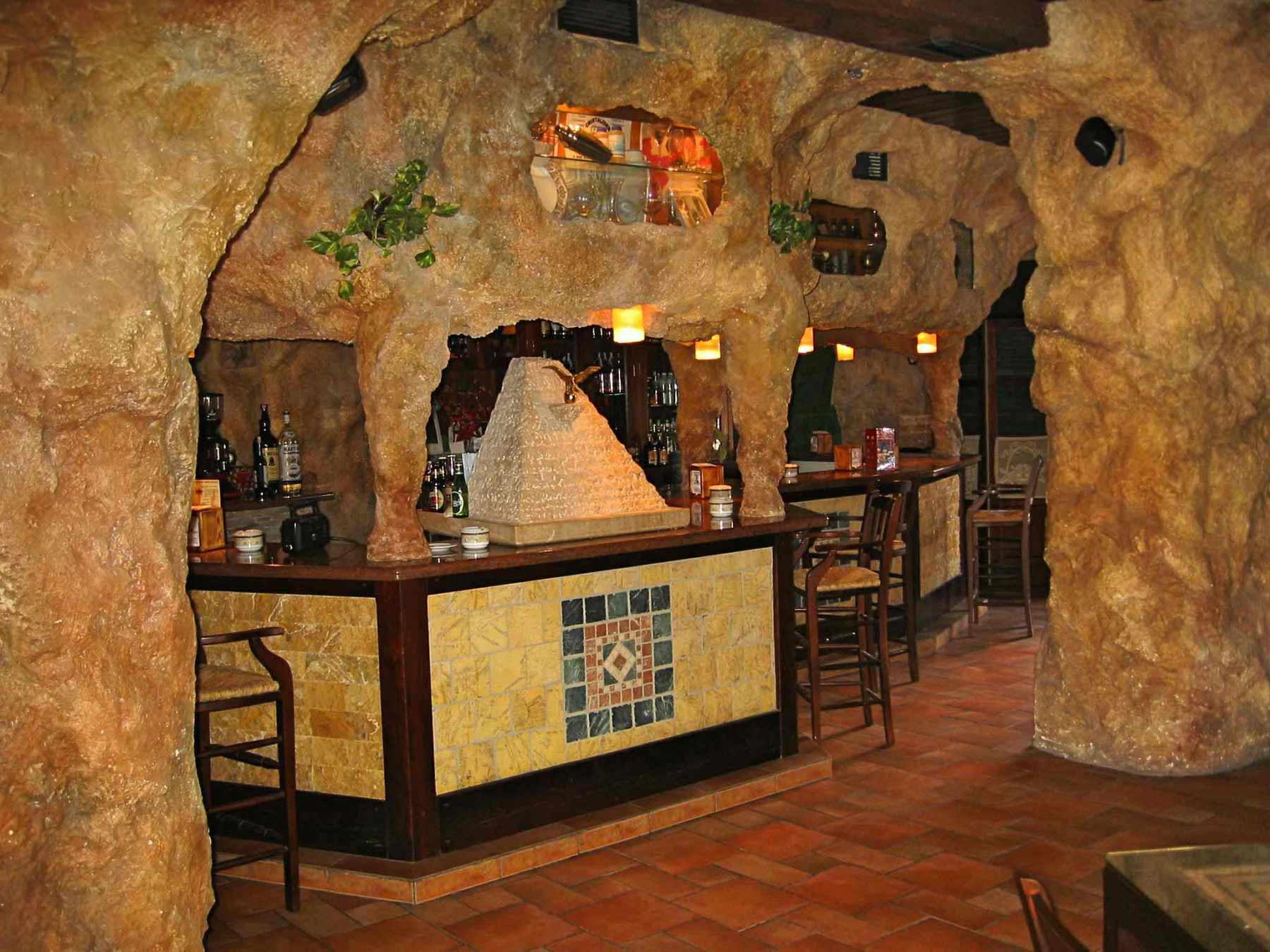 Bar estilo rústico en una cueva