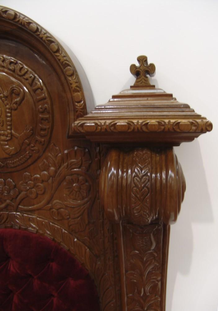 Detalle de sillón episcopal de madera
