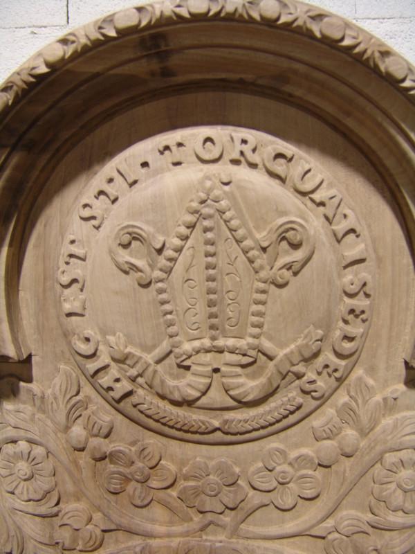 Escudo trono tallado