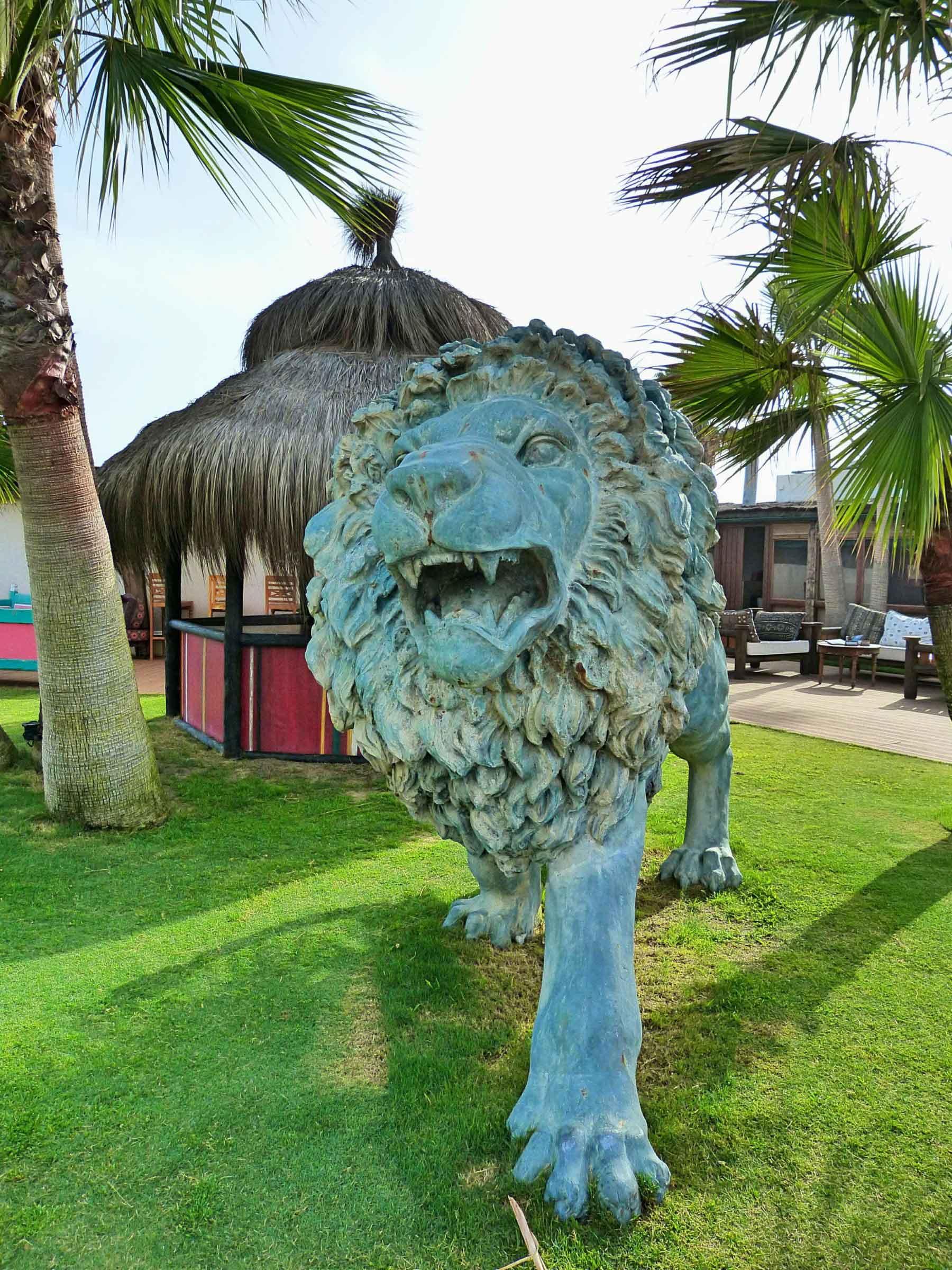 Escultura de bronce de león