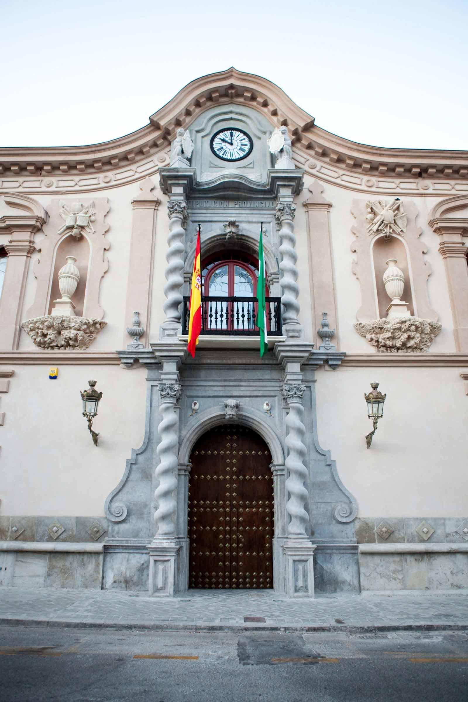 Fachada edificio antiguo con puertas y ventanas restauradas