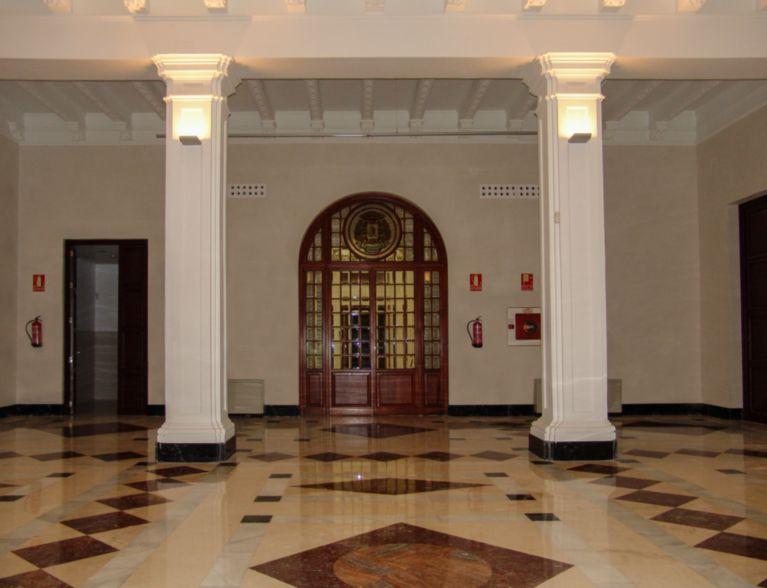 Interior edificio con puertas antiguas restauradas