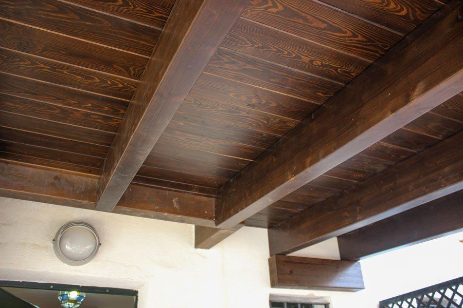 Interior voladizo de madera
