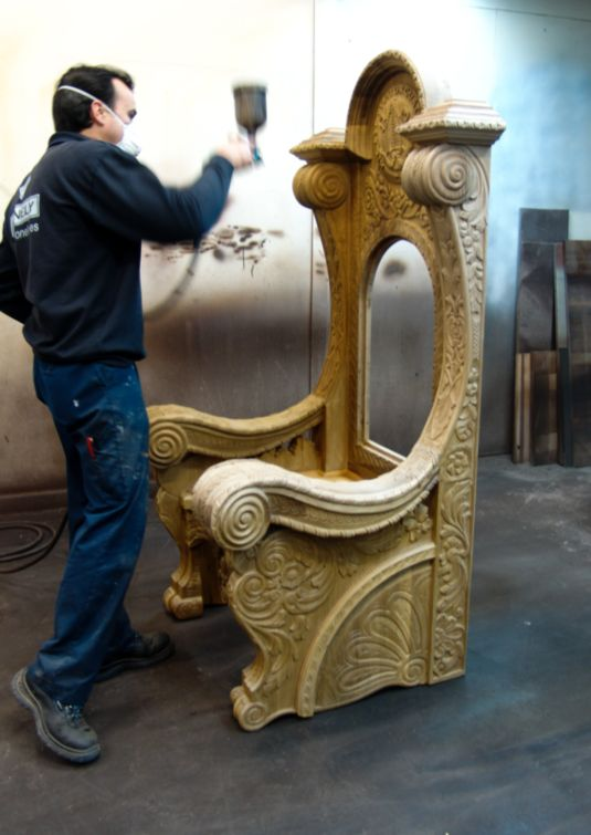 Lacado trono de madera