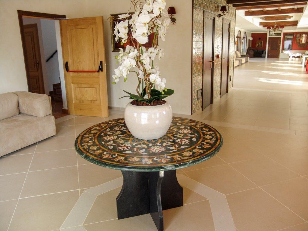 Mesa de mármol con piedras preciosas