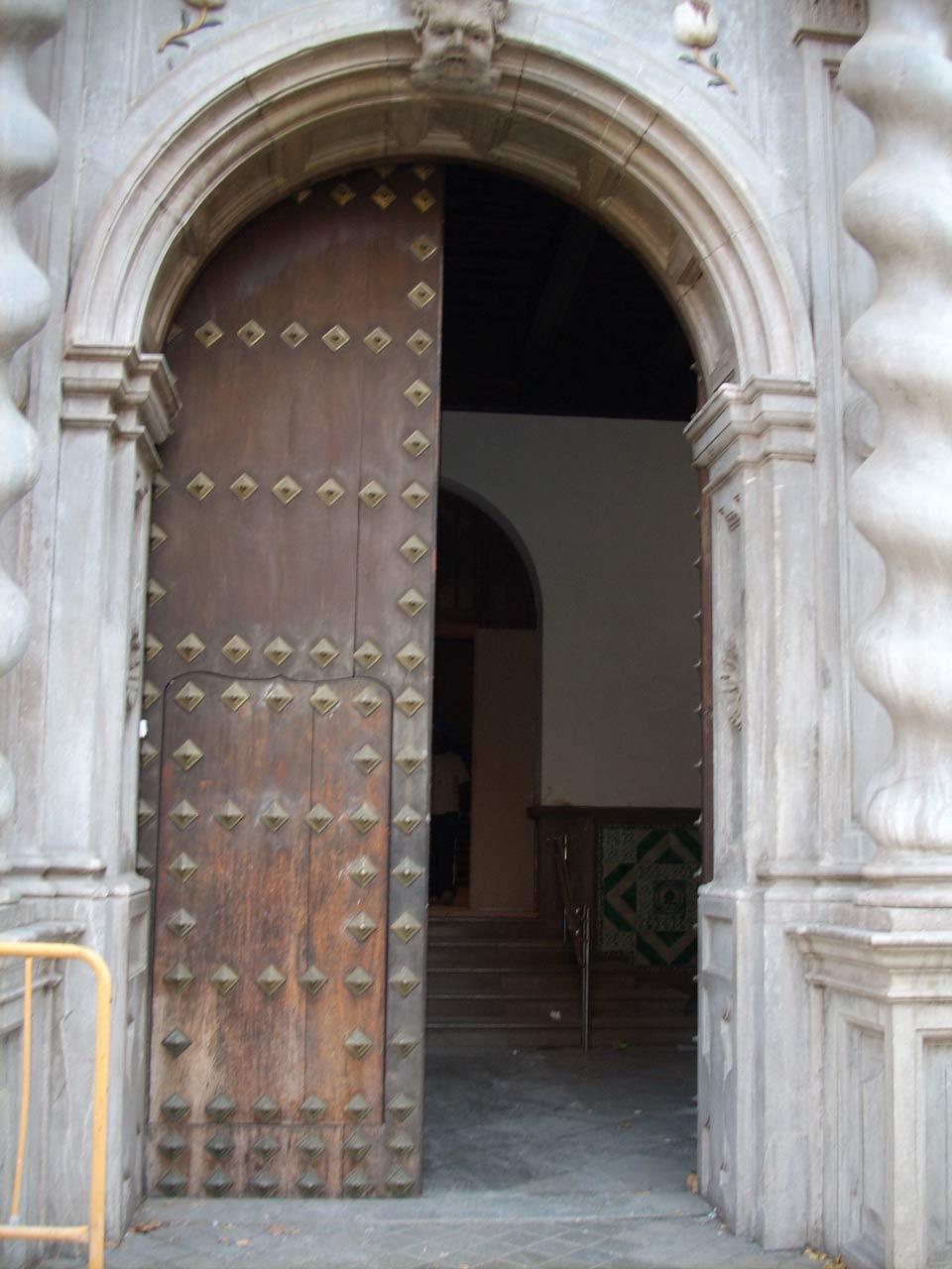 Portón antiguo deteriorado