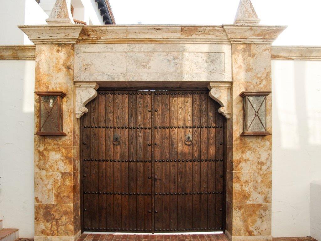 Portón antiguo con dos hojas y herrajes