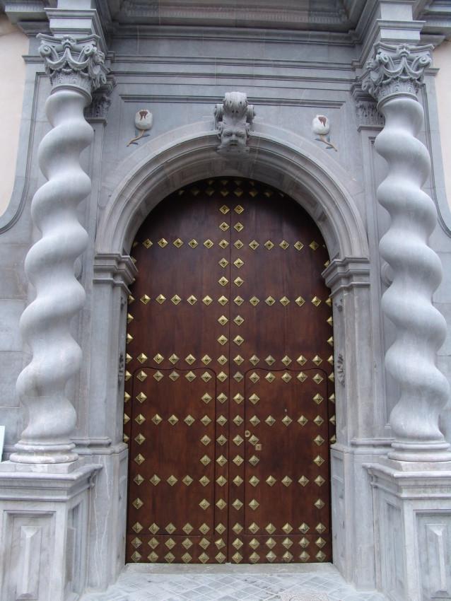 Portón antiguo restaurado