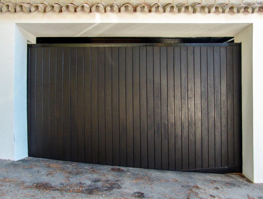Portón de garaje de madera