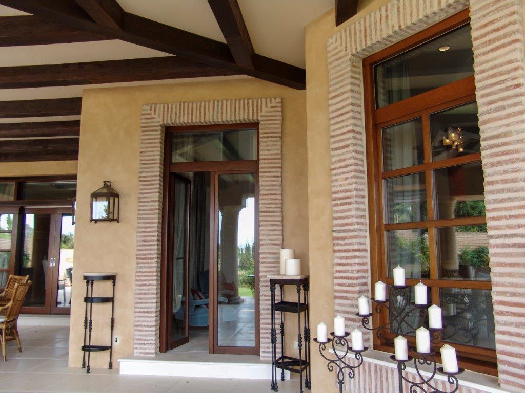 Puertas acristaladas y ventanas de madera