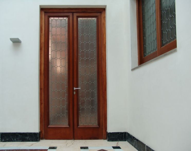 Puerta antigua con cristaleras restaurada