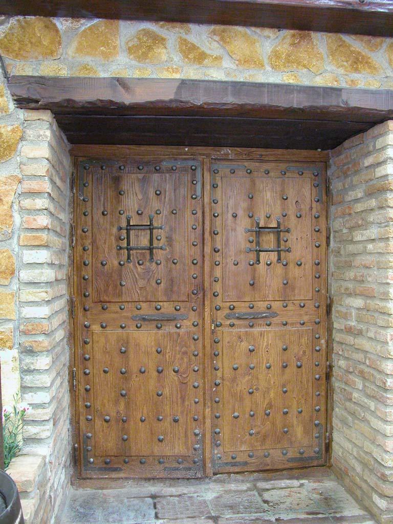 Puerta con clavos