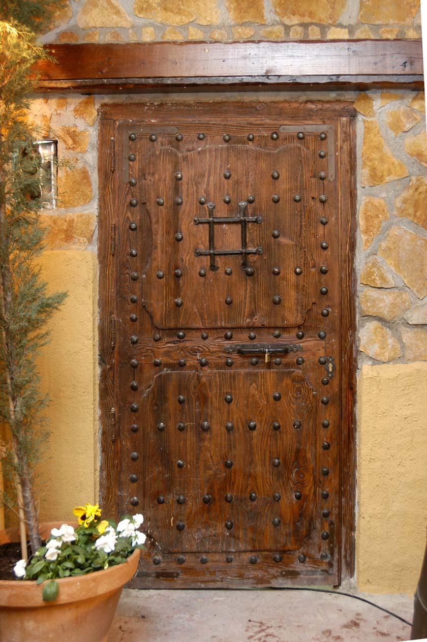 Puerta con clavos de madera