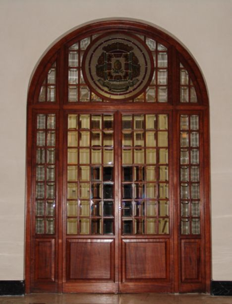 Puerta con cristalera restaurada