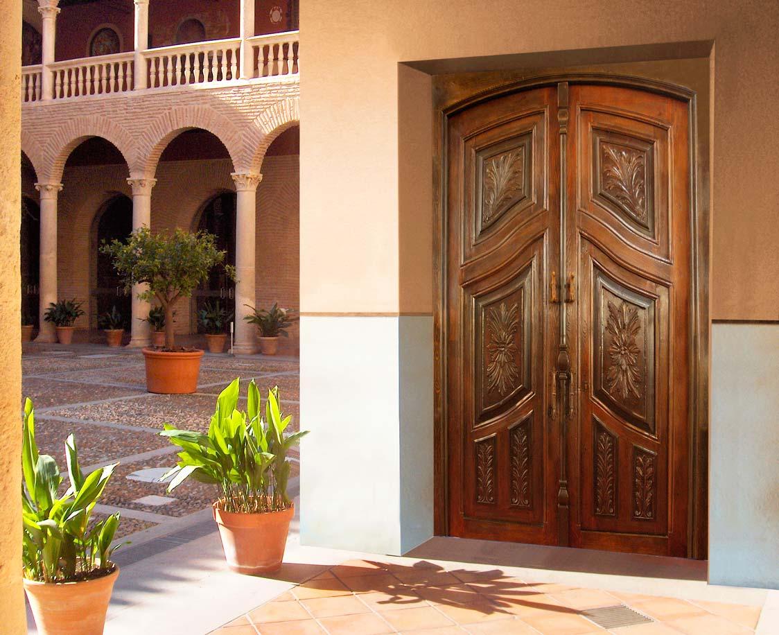 Puerta de dos hojas tallada