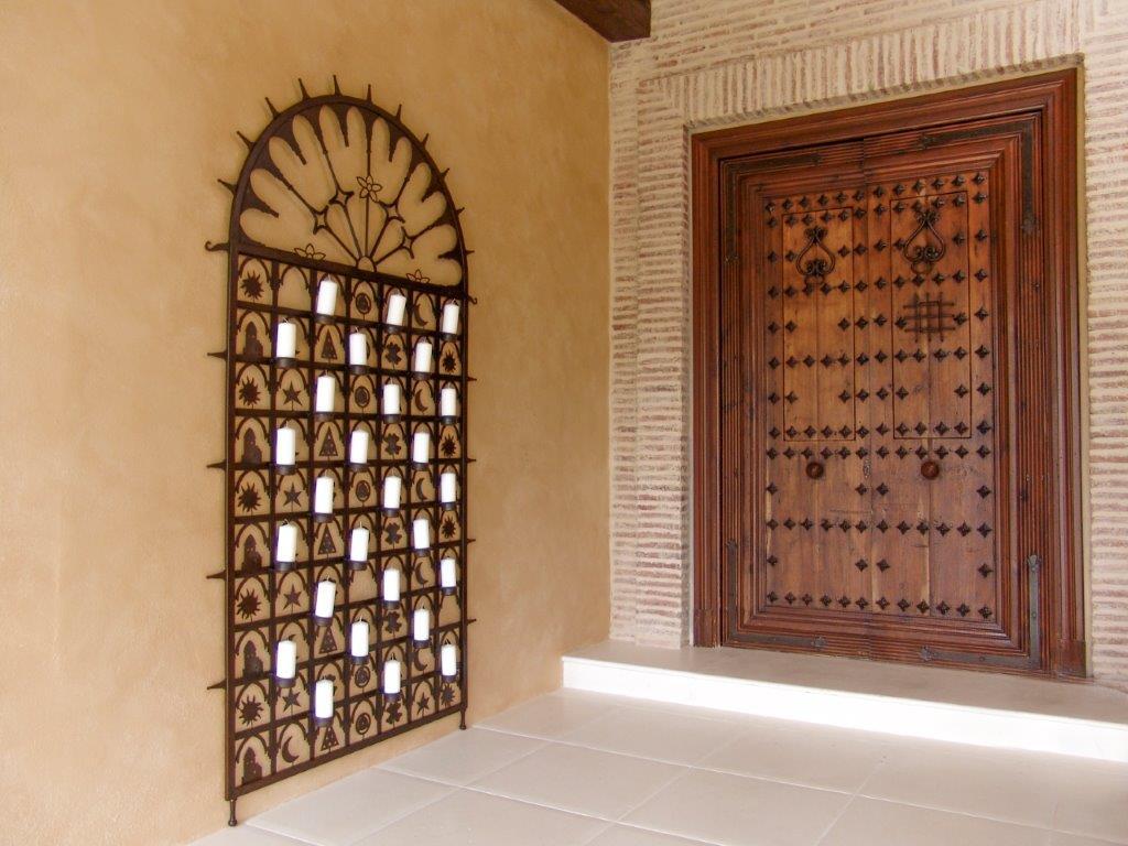 Puerta embocadora con clavos y herrajes rústica