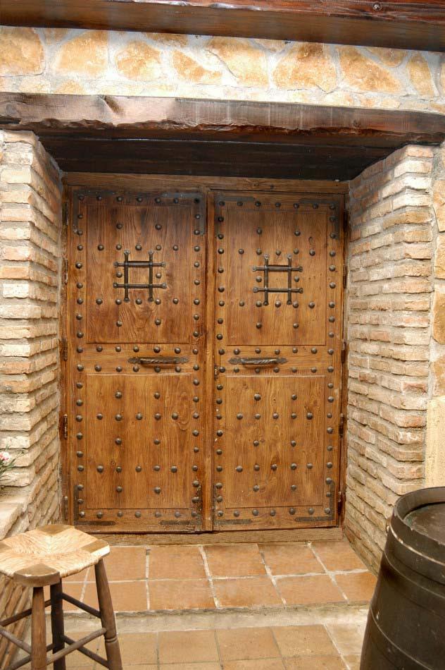 Puerta grande con clavos