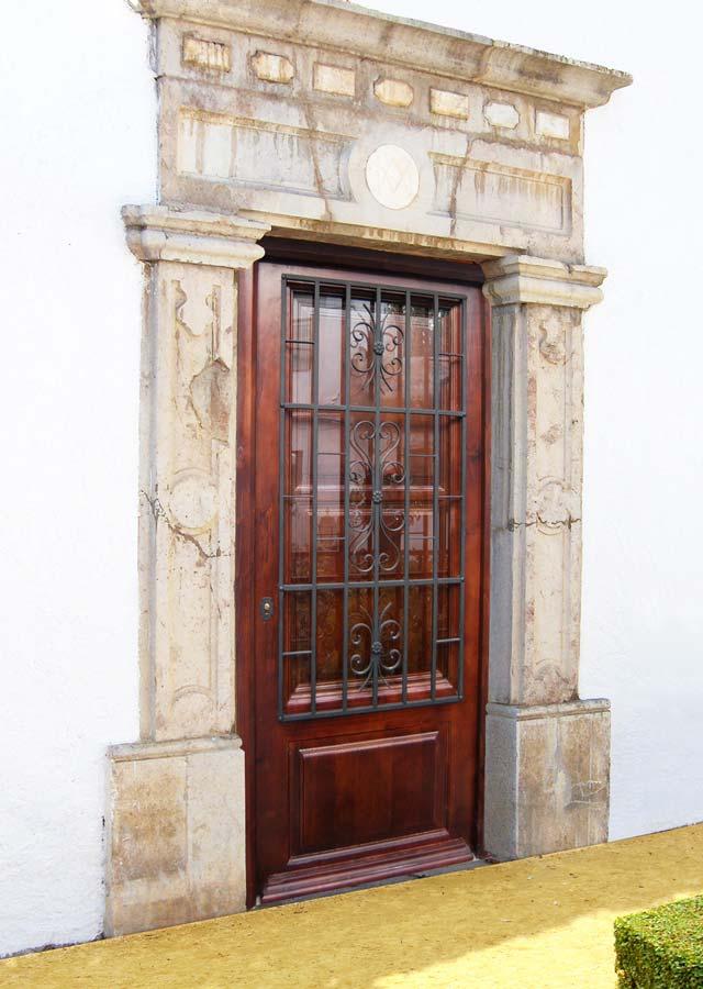 Puerta de madera con reja